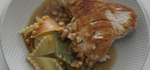 Pavé de thon, sauce Porto montée au beurre et châtaignes.